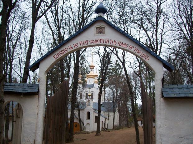 Intrarea la Manastirea Platina, SUA