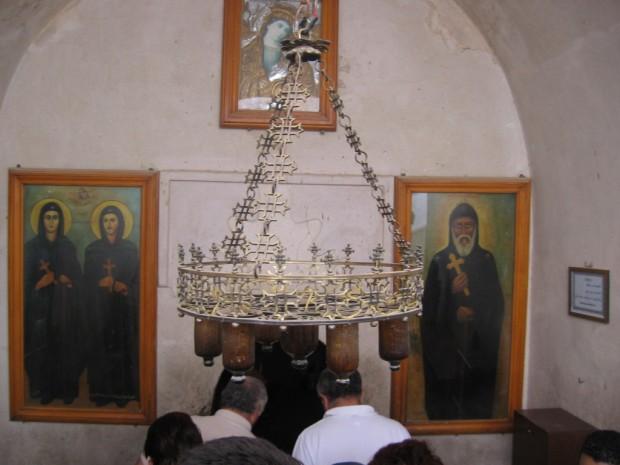 Intrarea in biserica Man. Romanilor ( in dreapta, icoana Sf Moise Arapul)