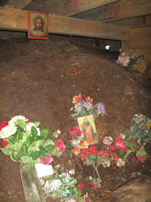 MORMANTUL SF GHERMAN de sub biserica de pe Insula Spruce