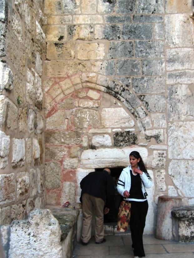 Intrarea in Biserica Nasterii Domnului din Bethleem