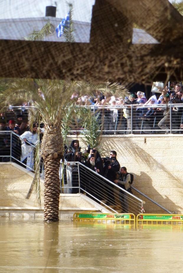 12 ora 12,57 Patriarhul Ierusalimului coboara la Iordan