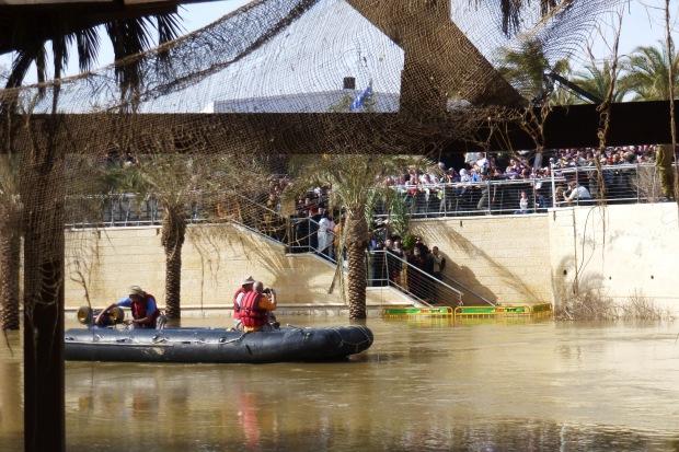 13. ora 12,59 se arunca crucea si buchetul de flori in apa Iordanului