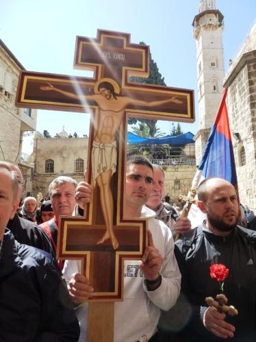 16. Drumul Crucii, pelerini in curtea Bisericii Sfantului Mormant1