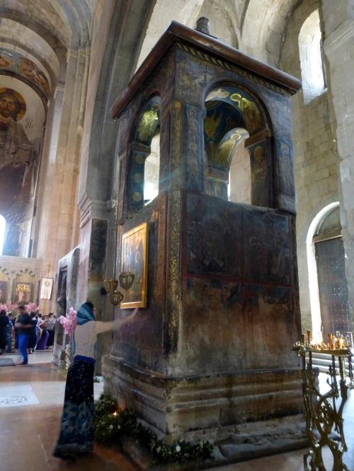 7 Stalpul ridicat pe locul in care este ingropata Camasa lui Hristos(redimensionat)