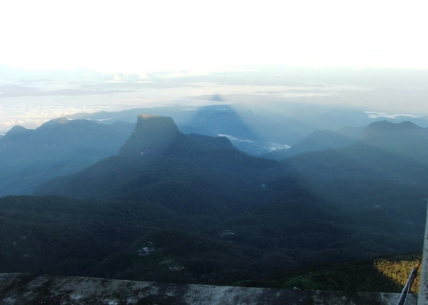 Adam's Peak Sri Lanka. Umbra triunghiulara a Muntelui lui Adam, 19 oct 2011
